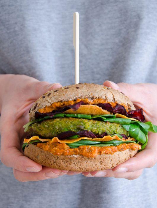 bunter Burger mit Rote Bete Chips - The Vegetarian Diaries