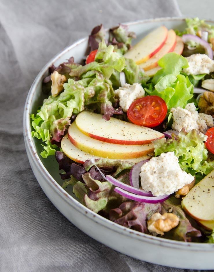Salat mit Cashew-Frischkäse und Walnüssen - The Vegetarian Diaries