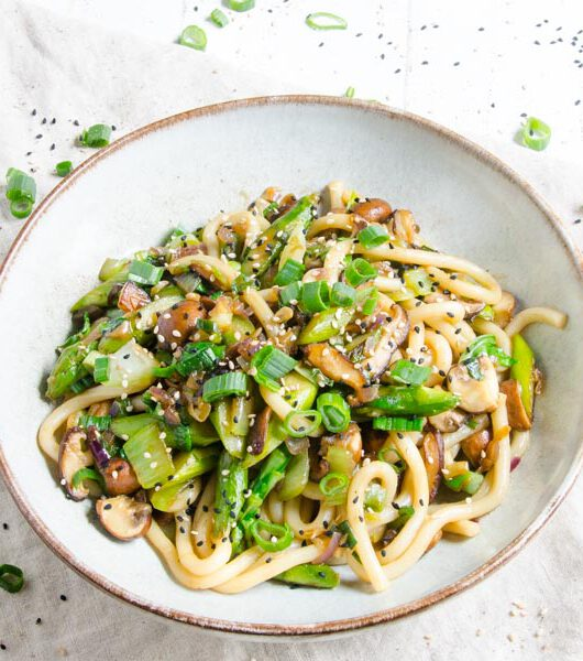 Spargel-Pfanne mit Udon Nudeln - The Vegetarian Diaries
